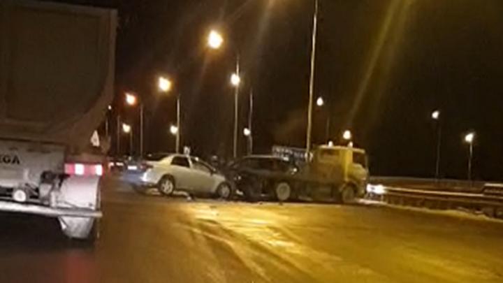 Очевидец снял на видео массовое ДТП на Полевском тракте, в которое попали 12 машин