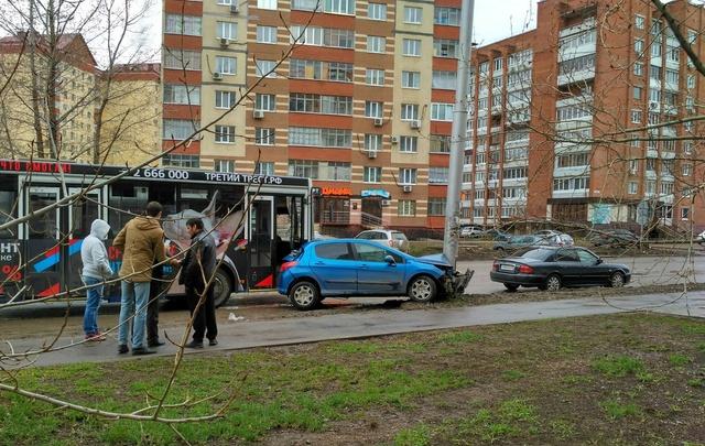 В Сипайлово автобус «впечатал» легковушку в столб
