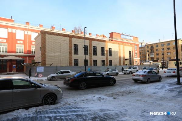 В конце января новое здание полностью перегородило вид почты