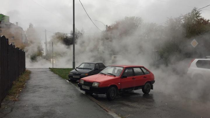 В Пионерском поселке улицу заволокло паром из-за лопнувшей трубы с горячей водой