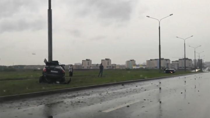 На въезде в микрорайон Грибоедовский иномарку разорвало пополам после столкновения со столбом