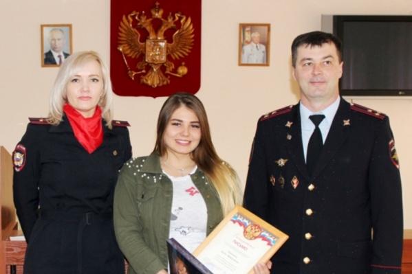 Девушку, которая помогла в поисках, наградили в полиции