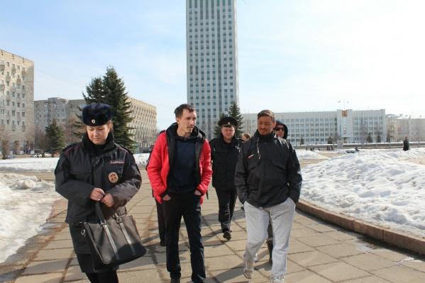 Сначала полиция забрала шесть активистов, потом еще четырех