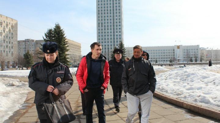 В Архангельске с площади Ленина в отделение полиции увезли несколько человек, среди них журналист