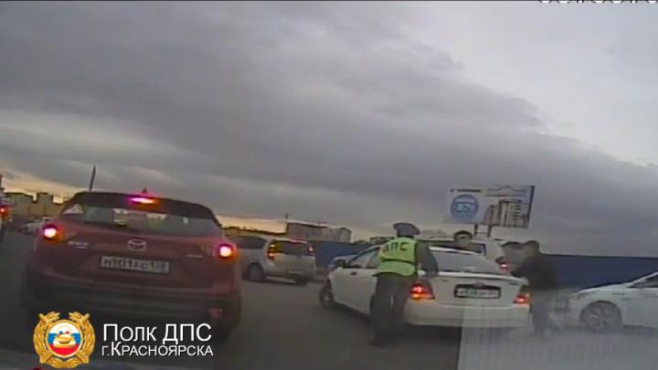 Сотрудники ДПС руками вытолкали машину с девушкой-водителем из пробки на Авиаторов