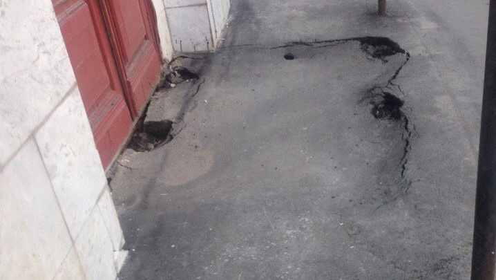 «Подвал просится наружу»: возле гостиницы «Азимут» в Самаре провалился асфальт