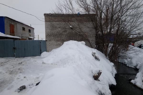 Пристрои находятся рядом с гаражным массивом