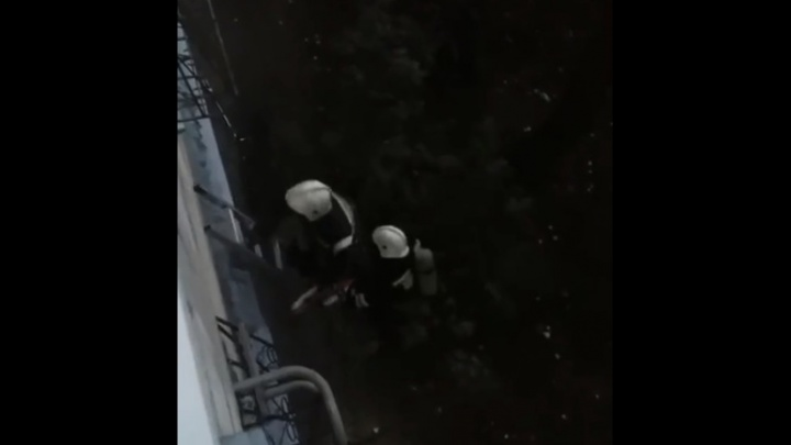 В Волгограде потушили пожар в многоэтажке: видео