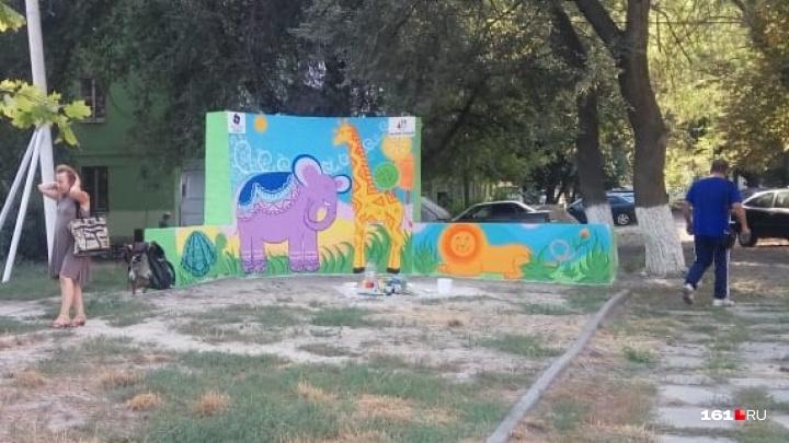 В Ворошиловском районе на памятнике погибшим вертолетчикам нарисовали жирафа и слона
