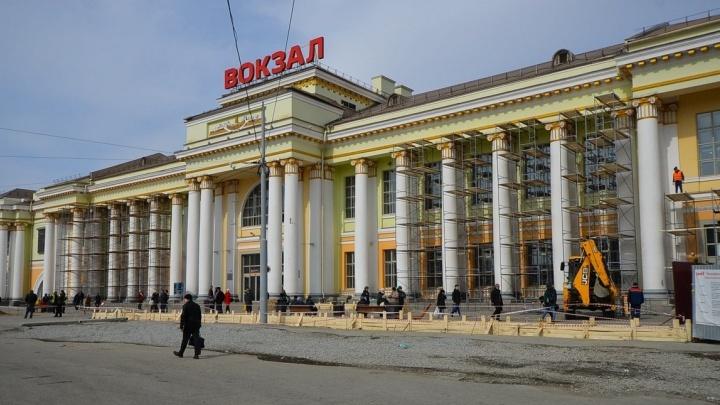 Полсотни бабушек и дедушек споют хором песню о войне на вокзале Екатеринбурга