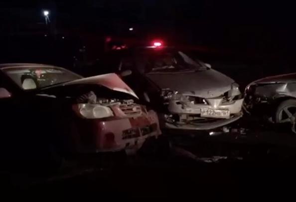 В Батайске в лобовом ДТП столкнулись два автомобиля. Еще один вылетел в кювет