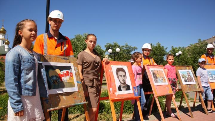 Лётчик, казак и пионер: юные художники Котельниково нарисовали портреты героев