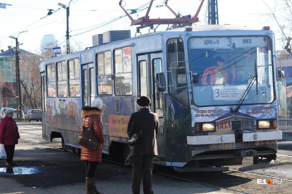 Трамваи по Макаровскому мосту обещали пустить еще 1 сентября, но сроки сдвинулись из-за дождливой погоды