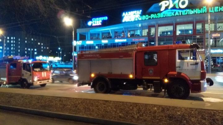 В Ростове на Нагибина загорелась шахта лифта. В это время там застряли мужчина с ребенком