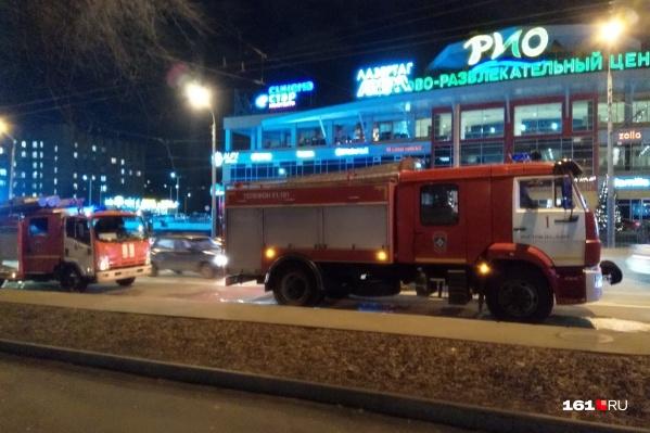 Напротив ТЦ «РИО» загорелась многоэтажка