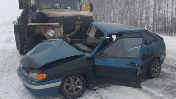 Появились подробности и видео момента столкновения ВАЗ-2114 и грузовик «Урал» на трассе в Башкирии