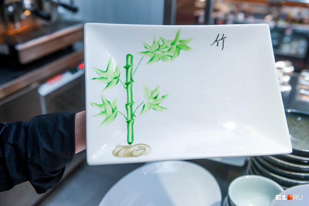 Каждое утро китайские повара расписывают тарелочки пищевой краской