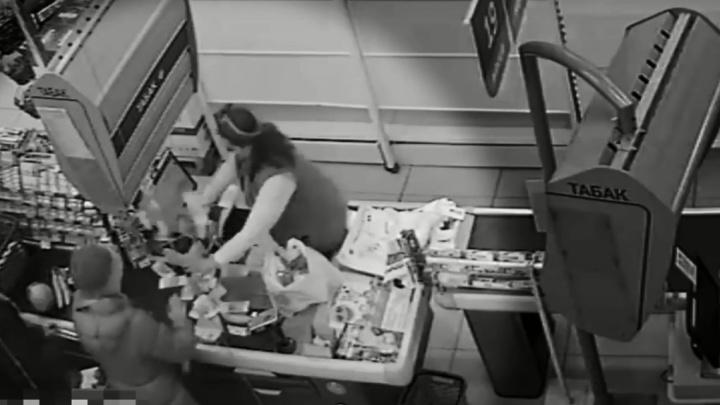 В красноярском гипермаркете из кассы вылетел фейерверк из денег. Видео