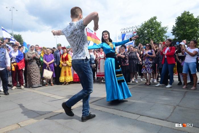 На Плотинке танцевали народные танцы