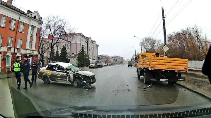 В центре Омска такси с пассажиром врезалось в КАМАЗ
