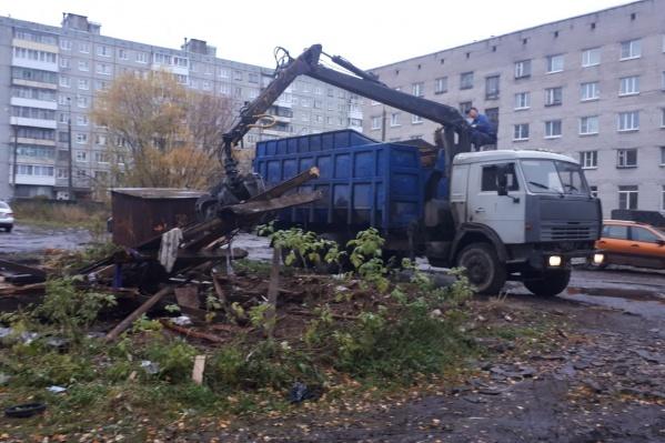 Убирают незаконные гаражи возле дома 354, корпус 1 по проспекту Ленинградскому