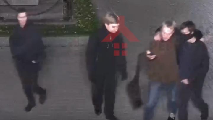 Вандалы, разгромившие центр Ярославля, засветились лицами на камерах в Демидовском сквере