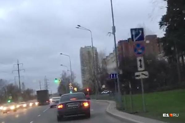 Автоэксперт E1.RU подтверждает, что на трёхполосной дороге знаки должны дублироваться