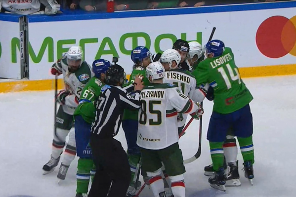 Первое «зеленое дерби» этого хоккейного сезона не обошлось без потасовок на льду