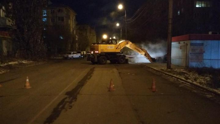 Из-за прорыва трубы перекрыта улица в районе Октябрьского моста