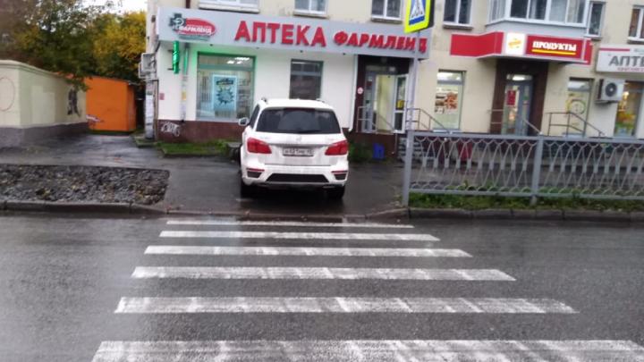 «Я паркуюсь как...»: автохамы в Екатеринбурге потеряли страх после изменения правил эвакуации