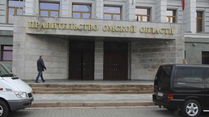 Стала известна средняя зарплата омских чиновников