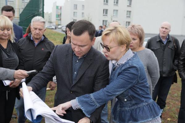 Глава города Елена Лапушкина изучает три участка, подходящие под строительство школы