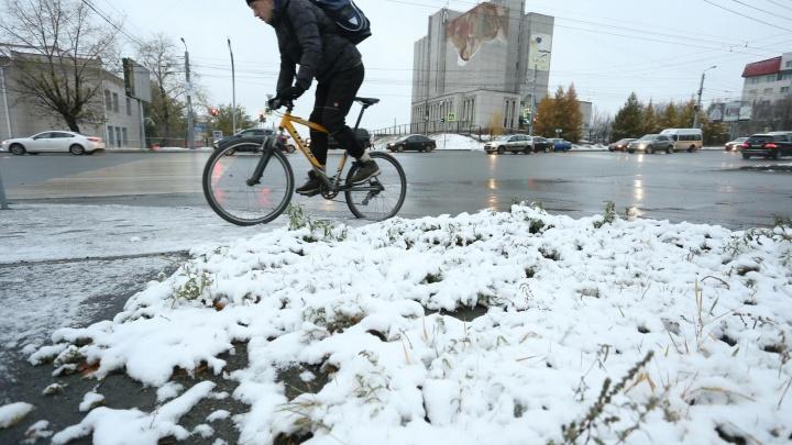 Пять сантиметров снега и обледеневшие дороги: к утру понедельника в Челябинске наступила зима