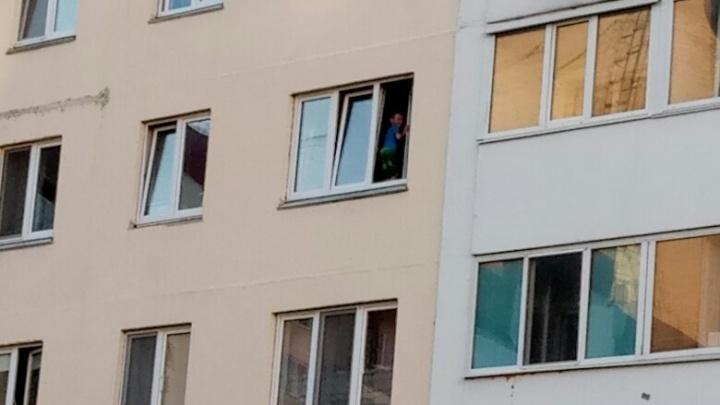 Тюменцы вызвали полицию из-за мальчика, играющего в открытом окне на Лесобазе