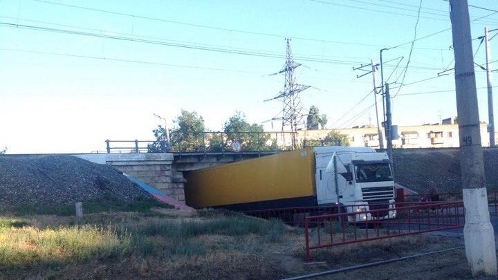 В Ворошиловском районе Волгограда фура взяла на таран низкий путепровод
