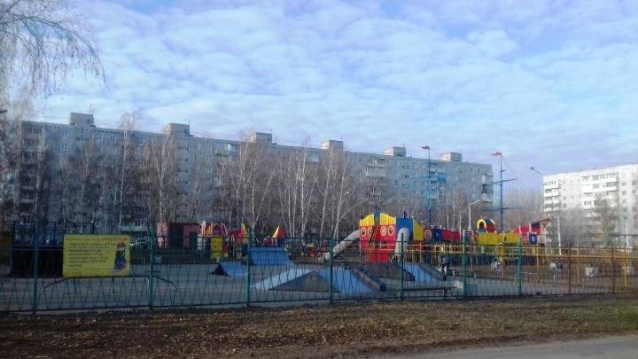 11-летнего омича увезли в больницу после игры на детской площадке фонда модели Водяновой