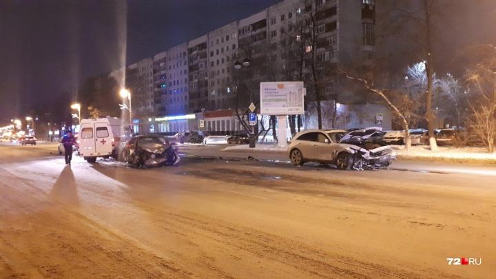 В лобовом столкновении у тюменского драмтеатра погиб водитель Ford Focus