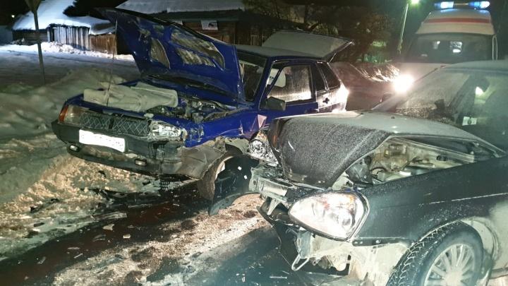 Обломки по всей дороге: две Lada разбились на пустой дороге в тюменском селе