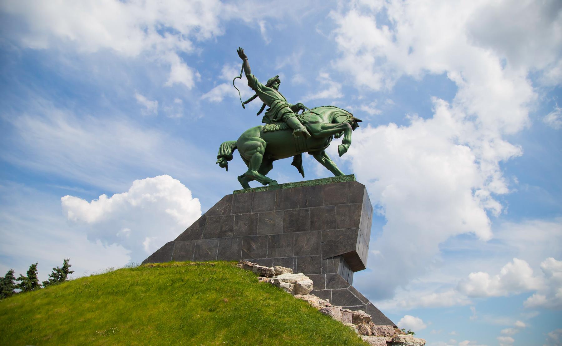 В пешей доступности от конгресс-холла одна из главных достопримечательностей Уфы — памятник Салавату Юлаеву