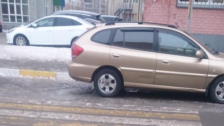 «Я паркуюсь как...»: машину брошу где попало, мне парковок в Омске мало