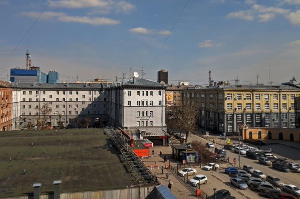 В городе уже несколько дней стоит погода без осадков — это способствует накоплению пыли в воздухе