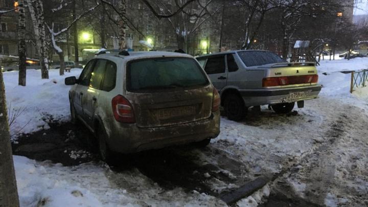 «Я паркуюсь как...»: автохамы зарываются в сугробы и бросают внедорожники на пешеходных переходах