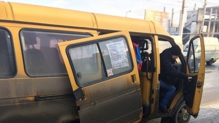 Водителя маршрутки, в которой пассажиру пришлось 10 километров держать дверь рукой, оштрафовали