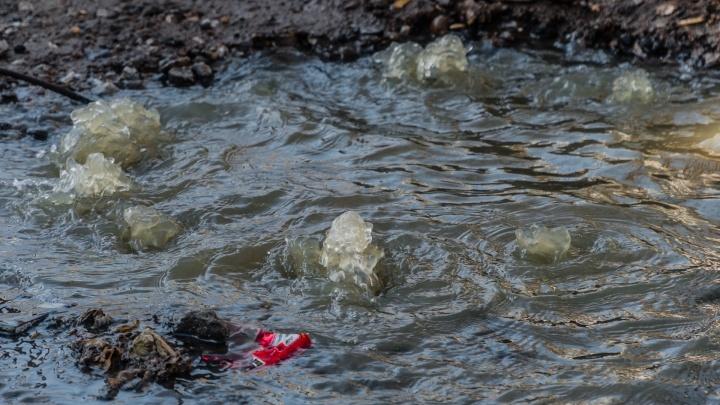 В Перми на улице Уральской второй день течет канализация