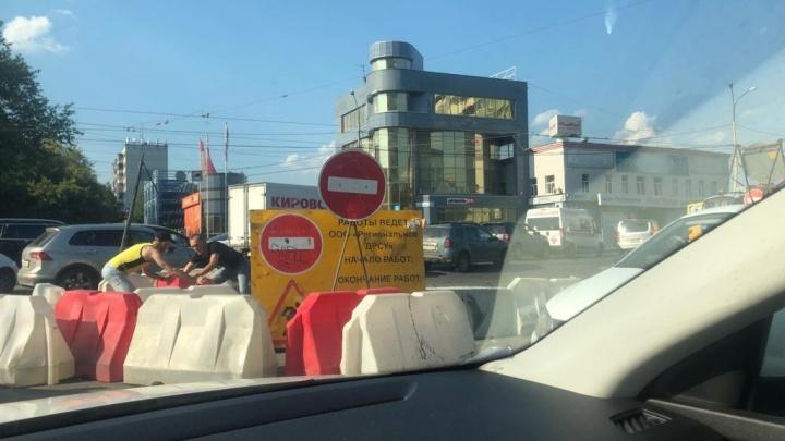 Водители психанули: на стоящем в мертвой пробке Малышевском мосту начали сдвигать строительные блоки