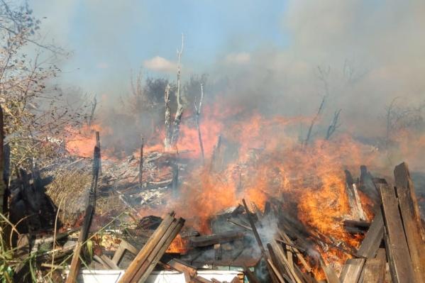 На улице Вольской загорелся строительный мусор, огонь перекинулся на дом