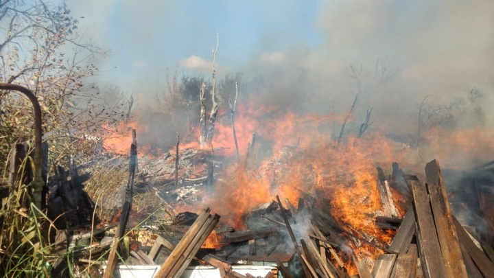 В Волгограде попытка сжечь мусор привела к крупному пожару