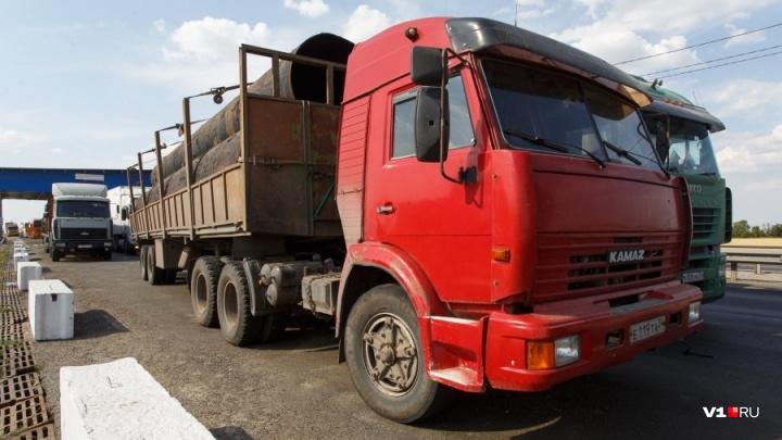 Самарский разъезд задышит: многотонные фуры выгоняют с дороги в Дзержинском районе Волгограда