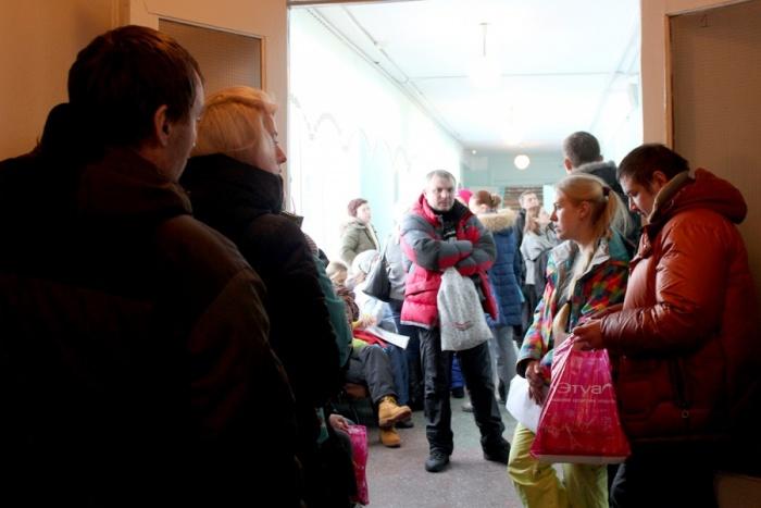В прошлом году сотни родителей заполняли школьные коридоры