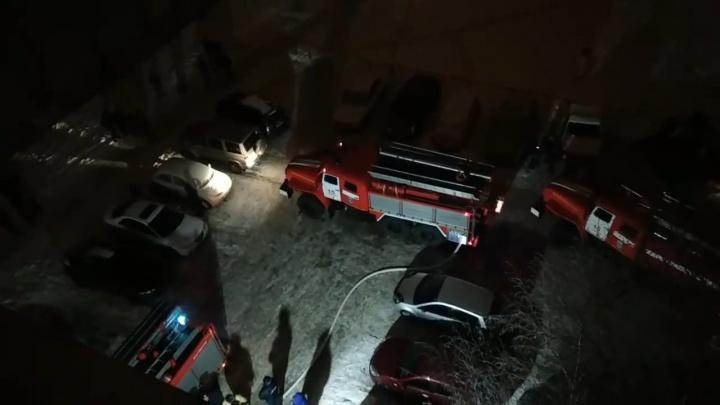 Во время ночного пожара на Монтажников из многоэтажного дома эвакуировали больше 20 человек